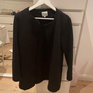 Säljer denna super snygga och sköna kappa ifrån Vera! Lite längre och perfekt nu till hösten