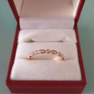 Jättefin ring i Sterling Roseguld ( ej stämpel) med pärlor i. Väldigt tunn och smal. Säljer den för 80 kr med porto inräknat då jag skickar den med brev.