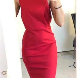 En jättefin röd tajt klänning från mango, storlek xs. Har haft den i ngt år men har bara använt den två gånger.
