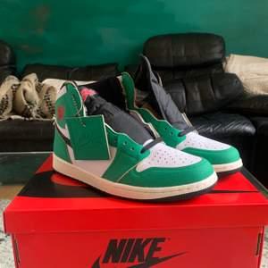 Hej! Har precis fått in och säljer ett par Jordan 1 High Lucky Green i storlek 42.5. Helt oanvända, låda, hangtag och extra snören följer med. Meddela mig för eventuella frågor eller för att beställa!