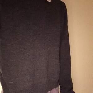 En svart tröja från H&M med broderad krage . I bra skick men kanske lite nopprig som man ser på bild 3. FRI FRAKT  vintage ⚡️🖤