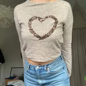 Säljer denna gulliga tröja eftersom den är för liten för mig. Mysigt material, med hjärta av paljetter på framsidan.