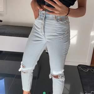 Säljer dessa mom jeansen från h&m. Lånad bild här ifrån plick. Nypris-300kr mitt pris-150