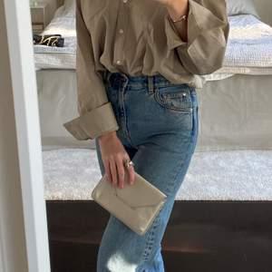 """Klassisk clutch från Filippa K i modellen """"Tyra"""" i en underbar färg. Väskan är gjord av läder och går att bära både som clutch och crossbody. Köparen står för frakt (spårbart)! Jag skickar självklart med rekommenderat om det önskas 🪐"""
