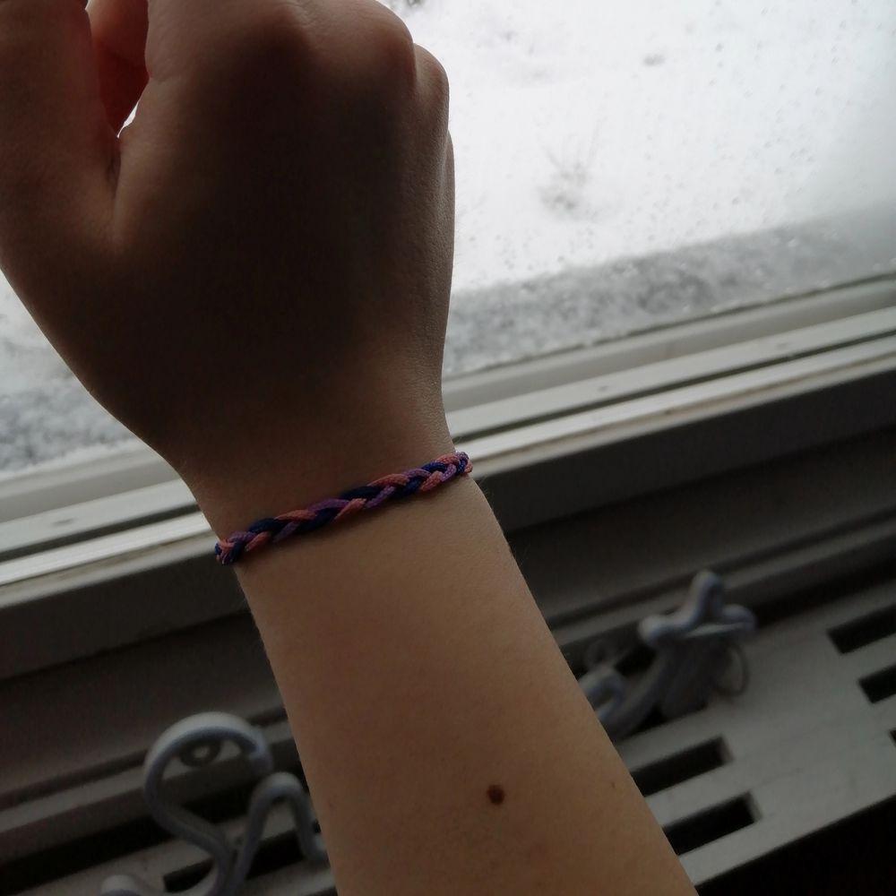 Säljer mitt handgjorda bisexuella (3-flätors) armband för den som vill ha! Frakten är 22 kr men inräknad redan i priset🏡! Hoppas du mår bra under dessa tider! 🖤. Accessoarer.