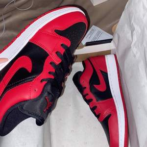 Jordan air 1 low i färgen gym red, helt nya använda en gång i storlek 38,5 säljer pga att de är pytte lite stora. Startar på 1000 sen får man väll buda