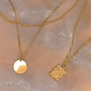 Olika halsband i sterling silver med rejäl 18k guldplättering. Nya. Justerbar längd. Box ingår. Skriv meddelande eller gå in direkt på Zodisthlm.com för mer info 💕