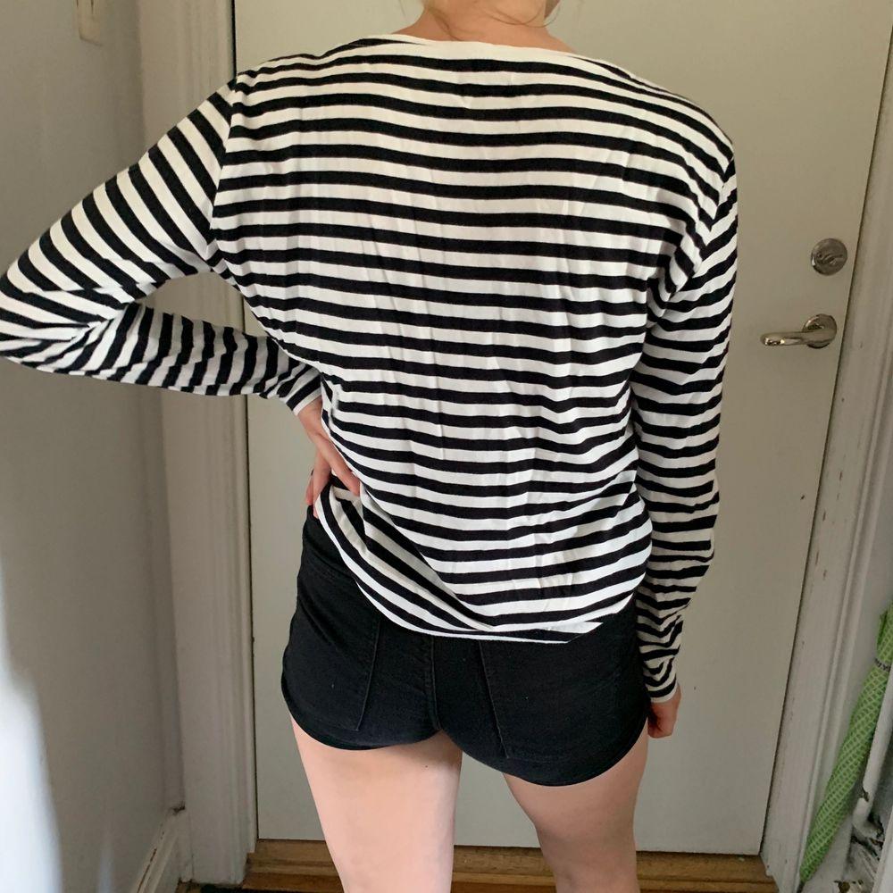 Långärmad randig tröja i storlek S men passar XS-M skulle jag säga. 40kr plus frakt på 44kr.. Tröjor & Koftor.