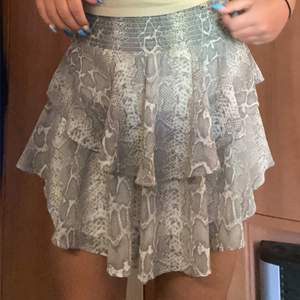 Säljer min super fina kjol från Gina som är använd ca 2 gånger. Storlek M. Köptes förra året så finns ej kvar. Om fler intresserade blir de budgivning