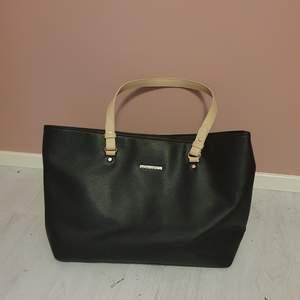 Svinsnygg handväska från Björn Borg! Svart med beiga detaljer. Knappt använd. Kan mötas upp i Uppsala/Stockholm, alternativt skicka mot fraktkostnad.💜