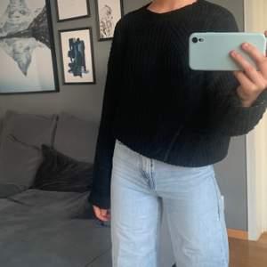 svart stickad tröja som är tunnare i materialet och passar därför perfekt till sommarkvällar! 🌅🥰 storlek s