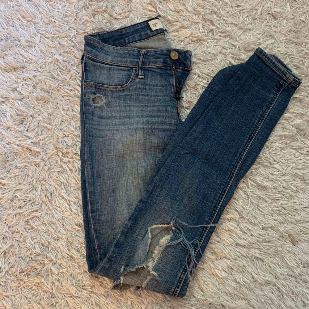 Snygga mjuka tighta jeans från Abercrombie & Fitch med hål på en knät! . Jeans & Byxor.