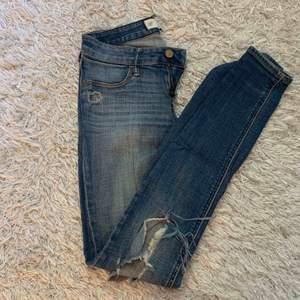 Snygga mjuka tighta jeans från Abercrombie & Fitch med hål på en knät!