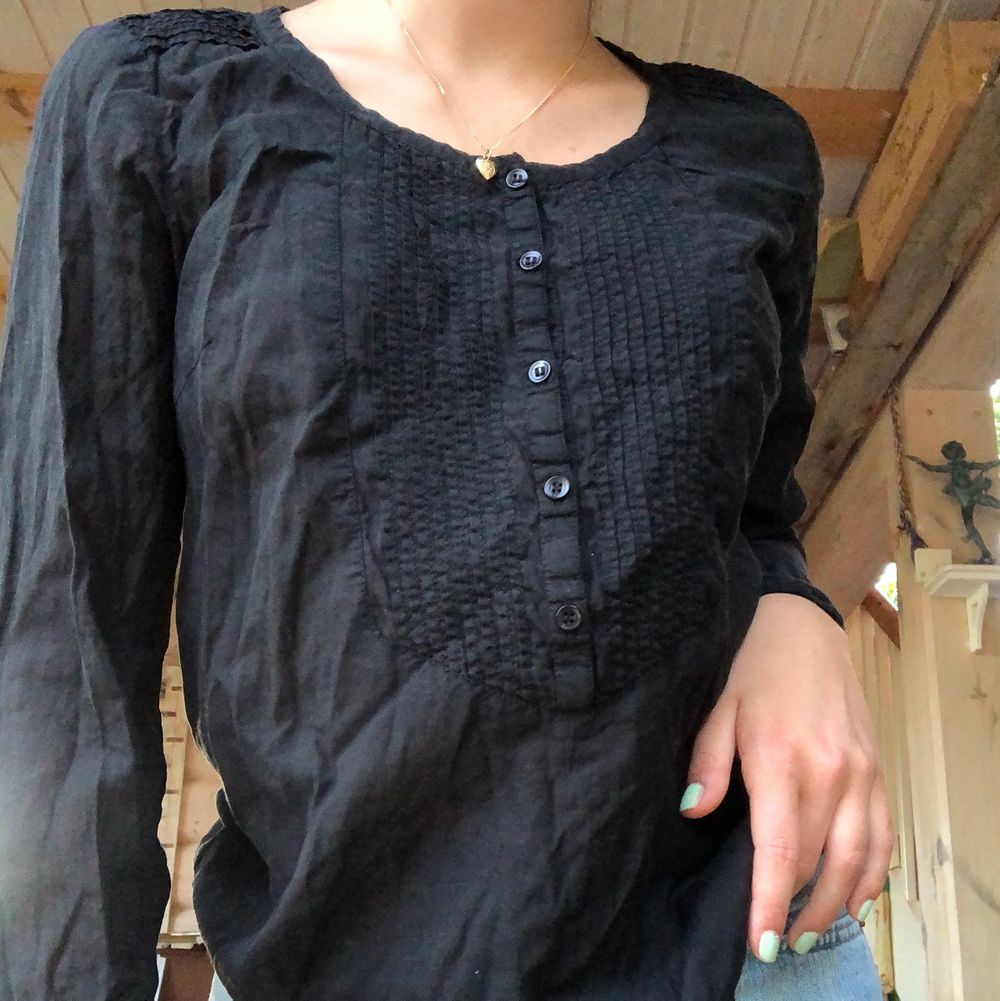 Långärmad svart blus som aldrig kommer till användning. Blusar.