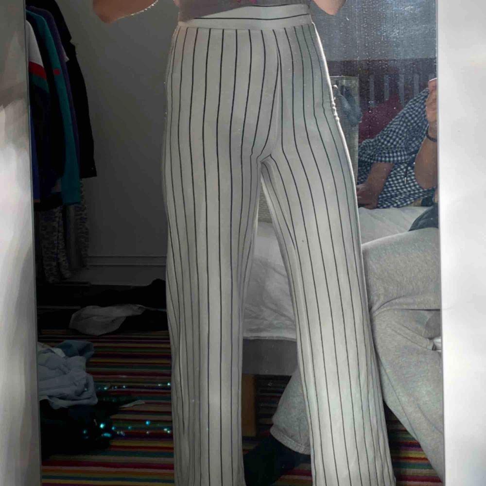 Snygga randiga bekväma byxor från nakd använt 3 gånger Max. Köparen står för frakt 66kr . Jeans & Byxor.