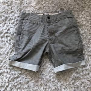 Korta shorts för sommarn