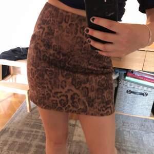 Denna kjolen är ifrån bikbok och är helt oanvänd. Den är i fake mocka och sitter bra, den har dessutom en silvrig dragkedja på baksidan. Ord-pris 250kr