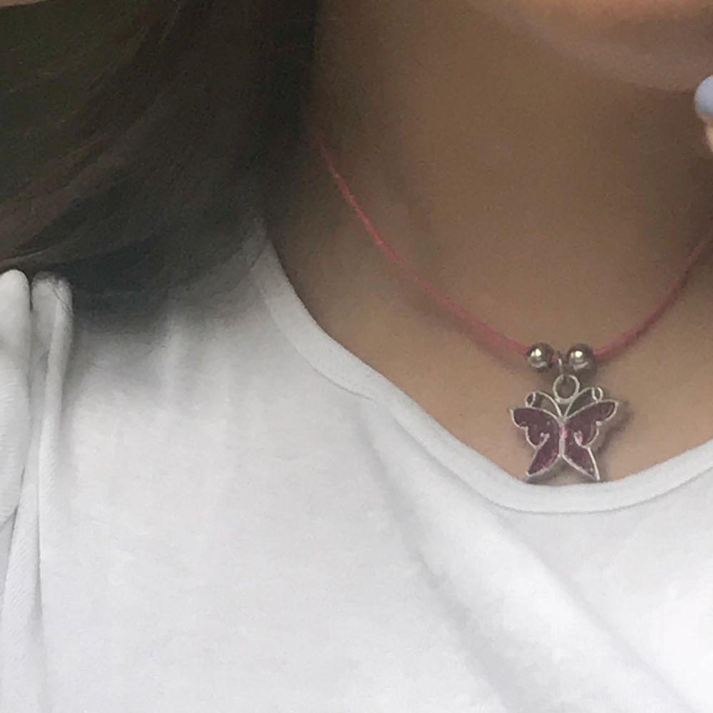 Supergulligt rosa halsband med en liten glittrig fjäril😊. Accessoarer.