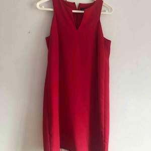 Röd klänning från Mango som är ganska rak i modellen och tidlös. Storlek M men passar även en S skulle jag säga.