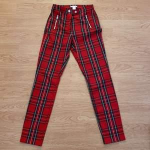 Säljer mina supersnygga rutiga byxor från H&M, strl 34! Säljer pga att dom har blivit för små och kommer inte till användning längre!😭 Tar endast Swish och kan eventuellt mötas upp i centrala Malmö!💖