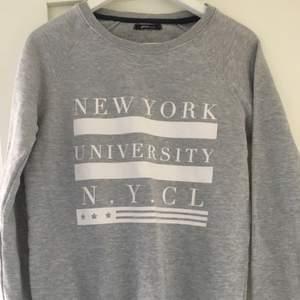 Grå tröja från Gina Tricot med NYC motiv