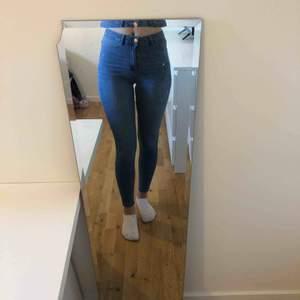 Blåa jeans från Gina Tricot. Storlek M, men liten i storleken så skulle säga att de sitter som ett par i storlek S. Nästan aldrig använda och i fint skick. Jag står ej för frakten.