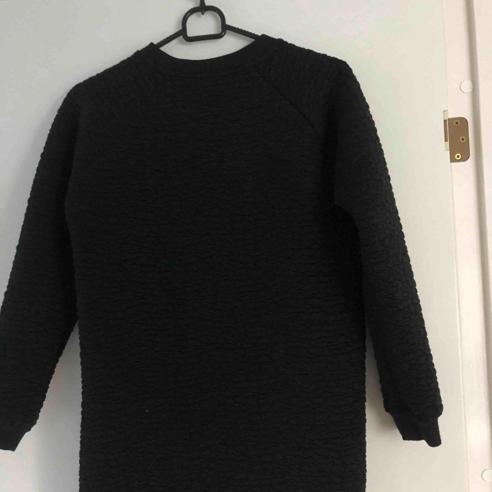 En svart lite tjockare klänning som passar bra under dom lite kallare tiderna + frakt. Klänningar.
