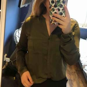 Millitärgrön skjorta