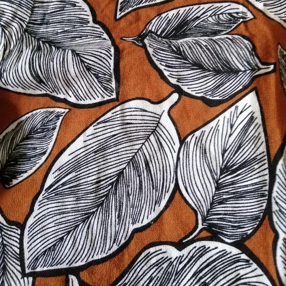 Brun blus med fint mönster från moves. Skönt svalt tyg och öppen rygg. Fin att stoppa ner i tex. Kostymbyxor eller jeans. Frakt 40. Blusar.