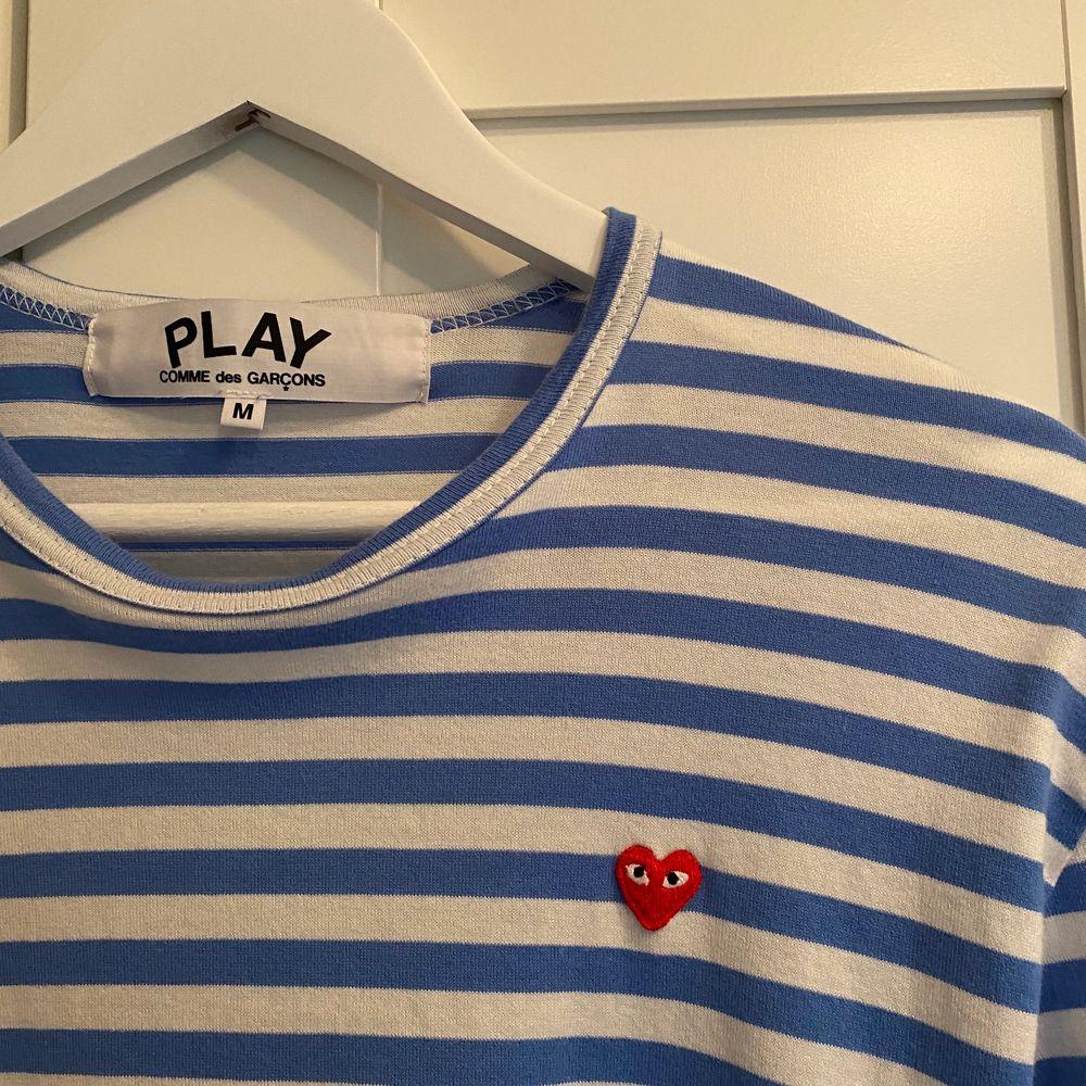 Ljusblå cdg long sleeve i storlek Meduim. Väldigt lite använd så är i bra skick. Köpte på officiell cdg butiken i Berlin för 1400. Börja buda från 600. Har du några fler funderingar är det bara att höra av sig.. T-shirts.