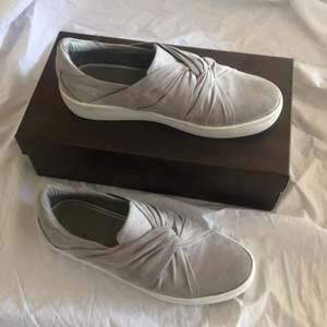 Skitsnygga sneakers i mocka material. Säljer eftersom de är för små för mig. I storlek 37. Köpte för kanske 2 år sedan för cirka 500kr. Använda runt 10 gånger, syns därav att de är använda men tycker att de är för fina för att slänga. Säljer för 150kr exklusive frakt.