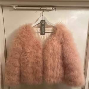 Oanvänd jacka med dun i färgen puderrosa. Dyr vid inköp men har dessvärre inte kommit till användning, snygg och perfekt vid exempelvis nyårsfirande. Köparen betalar frakten (jackan är lätt).