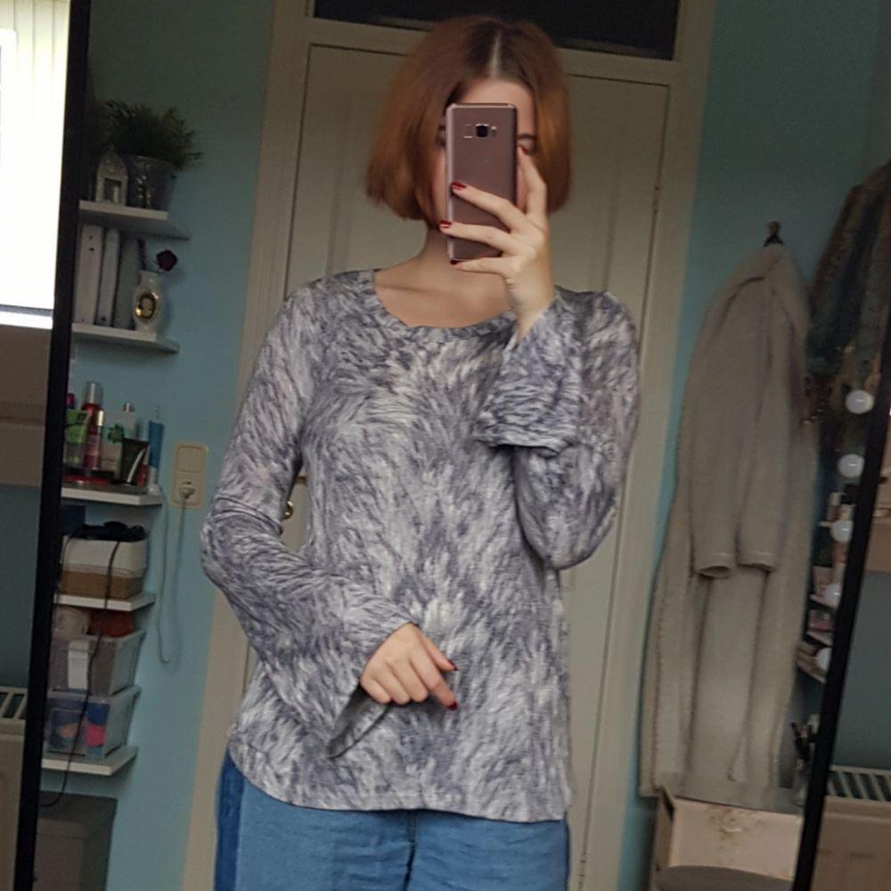 Jättemysig finstickad tröja från Gina Tricot med utsvängda armar och grått mönster. Tröjor & Koftor.