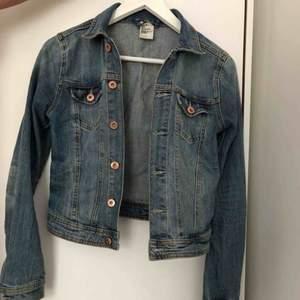 Jeansjacka från H&M, superfin! Använd fåtal gånger, max ca 5. Pris kan diskuteras vid snabb affär