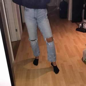 Skit snygga jeans från Bershka. Köpt av en kompis så dom har används en del men absolut inget som syns! Säljs pga för stora för mig tyvärr. Skulle säga att det är mer mot storlek 38, om inte ännu större.