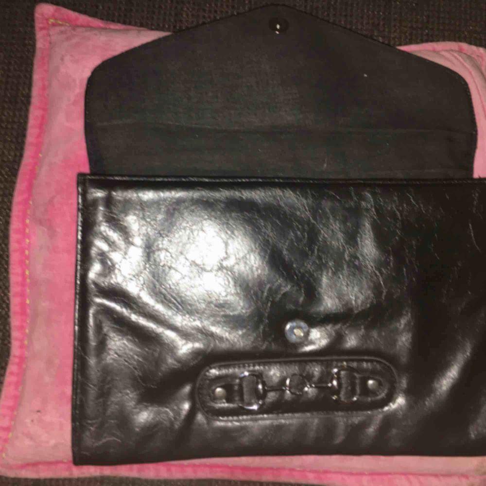 Snygg svart kuvertväska mått 32x22 cm. Måttligt använd.. Väskor.