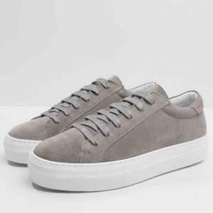 Säljer mina j Lindberg sneakers i stlr 38! Grå mocka, knappt använda. Lånad bild, kan skicka egna 👍🏼 Nypris 1500, mitt pris 600!!!