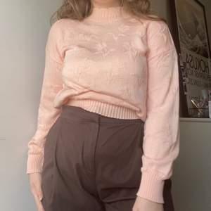rosa stickad tröja med blommönster. köpt på beyond retro. det står ingen storlek inuti men jag brukar använda M som referens 💘💘💘