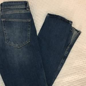 Otroligt fina Jeans från MQ med den populära slitsen i slutet av byxan!
