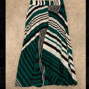 En fin plisserad kjol från mango i strl S som är i perfekt skick, sparsamt använd!!💕