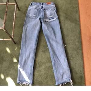 Säljer dessa jättesnygga jeansen från Urban Outfitters. Tyvärr är dom alldeles för små för mig men önska som passade då dom är långa i benen liksom lite pösigare modell. Supersnygga! Frakt betalar köparen