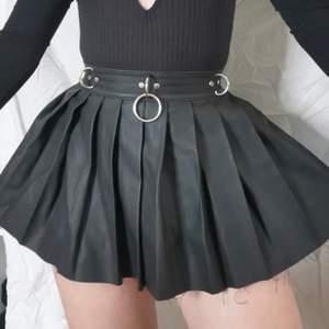 Mini kjol från dollskill, current mood, köpt här på plick så är bilder från förra ägaren då den är för liten för mig! kort och har en dragkedja där bak