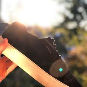 Bud i kommentarerna!! 💙 Höjning med minst 50 kr! Orginalpris: 1800 kr!! 💧Skorna är i mocka och har en plattformssula! ❄️ Skick: Som nya, använda tre gånger 🦋 Storlek: 44,5 🥶 Skolåda samt skopåse ingår! Frakt ingår ej i priset! 📨