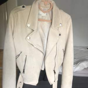 En mocka jacka i storlek 36 bra skick men har ett hål inuti jackan men inget som syns när man har på sig den, men hålet går att sy ihop annars är den i bra skick. Köparen står för frakt.