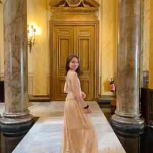 En magisk långklänning från Zara i ljusrosa, använd två gånger <3
