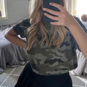 Supercool t-shirt från Zara med camouflage mönster. Storlek S💕