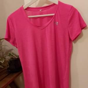 Tränings t-shirt i fint skick. Strl S. Säljer den då jag växt ur den... gått upp en del i vikt under coronan 😅