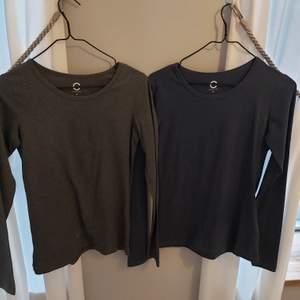 Två långärmade tröjor i blå och grå. Båda får 50 i storlek xs. Frakt tillkommer
