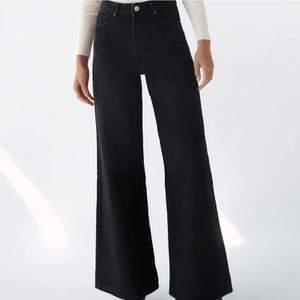 Hej! Säljer dessa super fina och trendiga Jeans från Zara modellen heter SUPER WIDE LEG FULL LENGTH i storlek 40 men passa perfekt för storlek 38(då jag har det)! Köpta för 399kr men säljer för endast 200kr eftersom de är LITE för långa för min smak, har även bara haft på mig dom 1 gång!