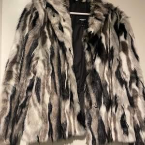 Sååå fin jacka i faux fur. Sitter ganska tight och tyvärr för liten för mig. Använd bara några gånger så är i bra skick. Frakt 85 kr (då den är stor och rätt tung). Nypris runt 2000